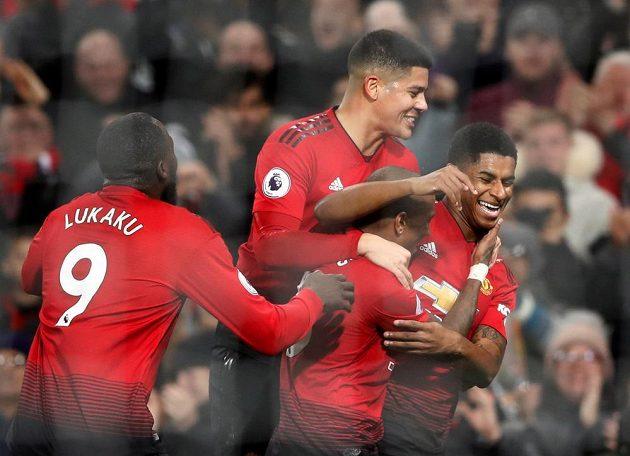 Marcus Rashford (vpravo) oslavuje se spoluhráči z Manchesteru United trefu proti Fulhamu.
