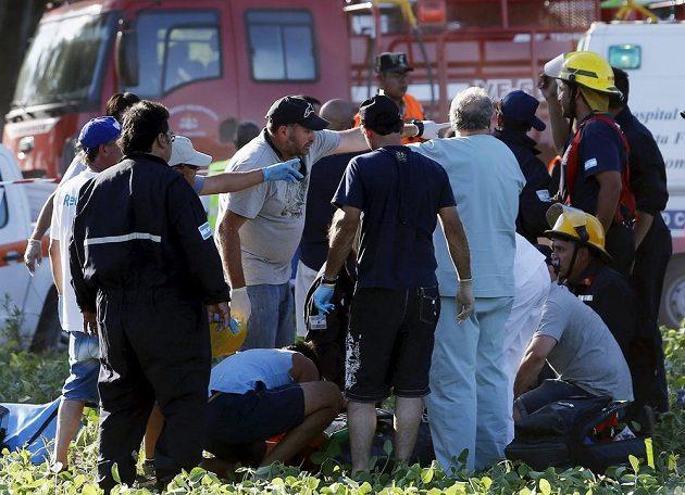 Záchranáři pomáhají jednomu ze zraněných diváků během prologu Rallye Dakar.