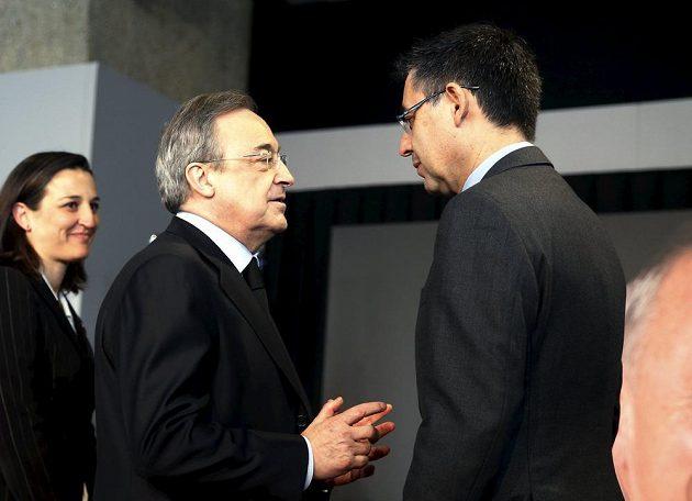 Josep Maria Bartomeu (zády) a Florentino Pérez přišli uctít památku Johana Cruyffa.