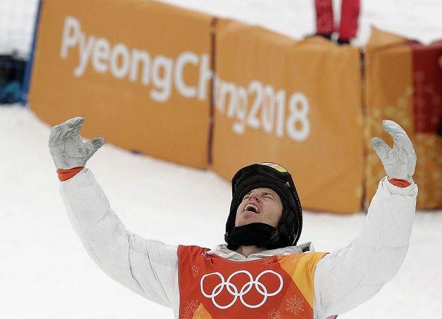 To byly nervy! Poslední finálovou jízdou rozhodl americký snowboardista Shaun White o svém triumfu v U-rampě a slaví třetí olympijské zlato.