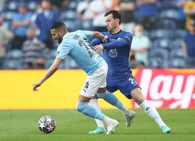 Ben Chilwell z Chelsea v akci s Riyadem Mahrezem z Manchesteru City ve finále Ligy mistrů