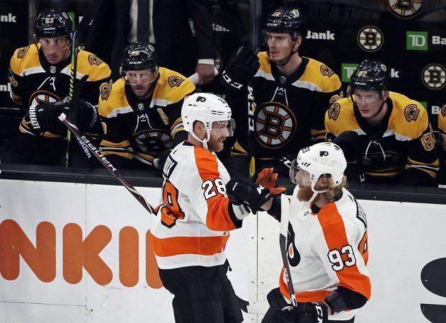 Radost v podání Philadelphia Flyers. Útočník Claude Giroux (28) slaví na ledě Bostonu gól s Jakubem Voráčkem, jenž mu přihrál do úniku.