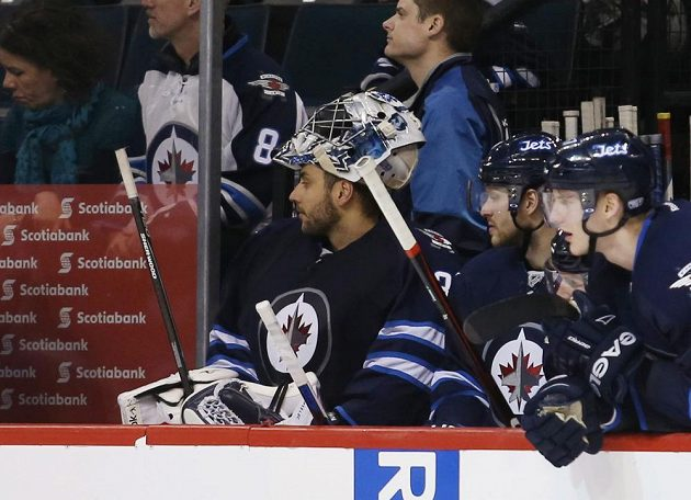 Gólman Ondřej Pavelec ze střídačky sleduje power play Winnipegu. Český gólman čtyřikrát inkasoval, jeho Jets nakonec padli s Dallasem 3:5.