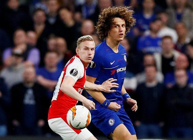 Fotbalisté Chelsea David Luiz v akci v utkání Evropské ligy se Slavií. Na snímku je rovněž Petr Ševčík v dresu Pražanů.