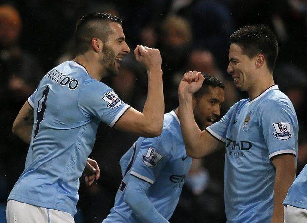 Fotbalisté Manchesteru se radují z gólu.