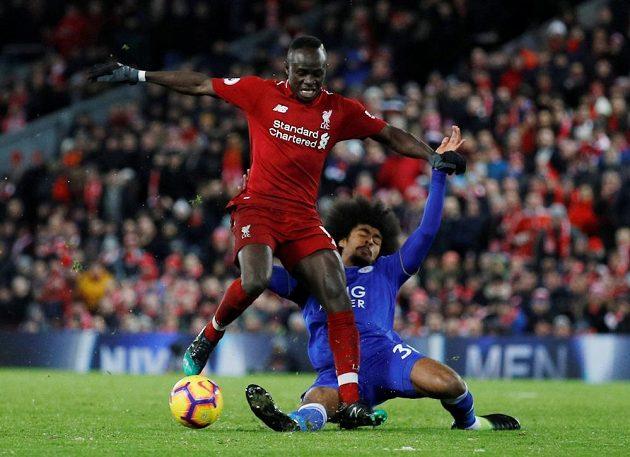 Liverpoolský útočník Sadio Mané se snaží uniknout bránícímu hráči Leicesteru City v utkání Premier League.