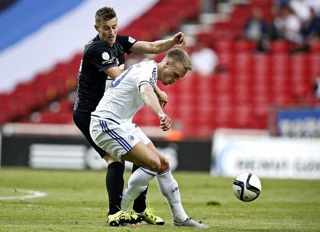 Jablonecký záložník Ján Greguš (vlevo) bojuje o míč s Nicolaiem Jörgensenem z FC Kodaň.