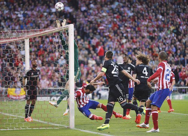 Petr Čech zasahuje proti rohovému kopu v úvodním semifinále Ligy mistrů proti Atlétiku Madrid. Po kolizi s hráčem soupeře si poranil ruku a musel střídat
