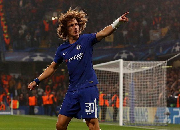 Fotbalista Chelsea David Luiz slaví gól v utkání Ligy mistrů s AS Řím.