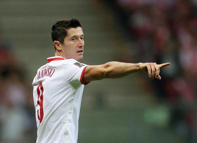 Polský fotbalista Robert Lewandowski gestikuluje během zápasu.