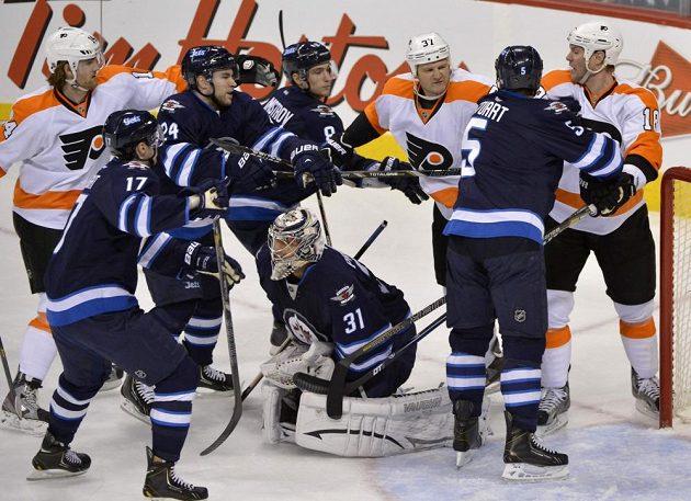 Gólman Winnipegu Ondřej Pavelec vychytal Flyers.