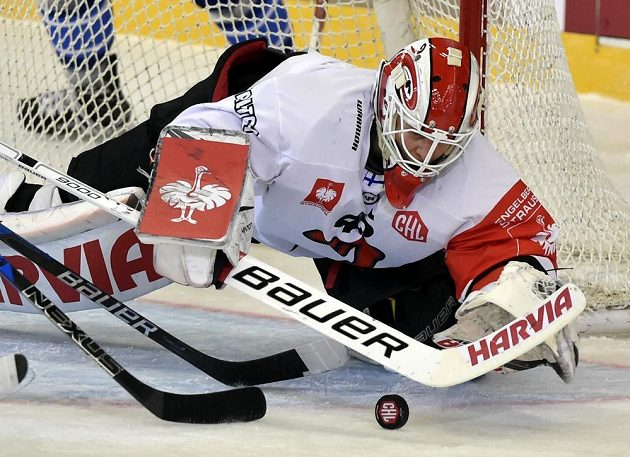 Brankář finského týmu Jyväskylä Jussi Olkinuora v odvetě čtvrtfinále play off hokejové Ligy mistrů proti Brnu.