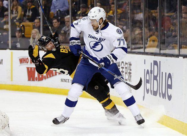 Český útočník Bostonu David Pastrňák se poroučí k zemi po souboji se Švédem Victorem Hedmanem z Tampy Bay Lightning v utkání NHL. Tampa vyhrála zápas 6:3.