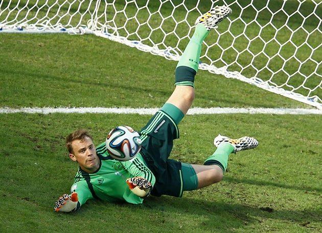 Německý brankář Manuel Neuer zasahuje v duelu proti Ghaně na MS v Brazílii.