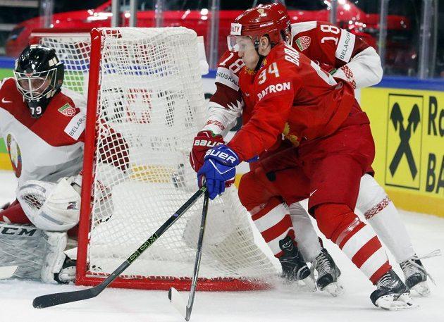 Ruský útočník Alexander Barabanov v utkání proti Bělorusku.