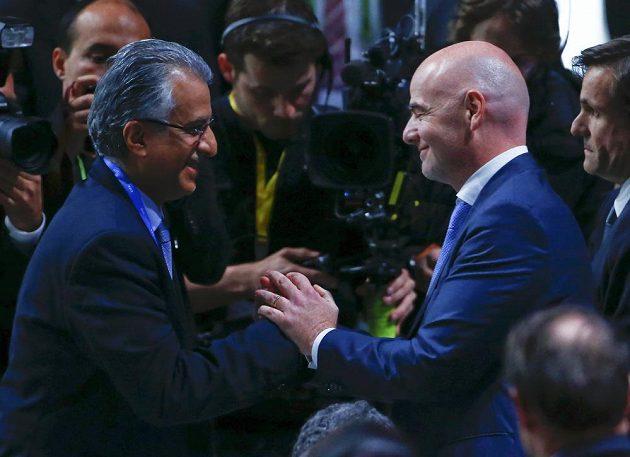 Nově zvolený prezident FIFA Gianni Infantino přijímá gratulace od jednoho z protikandidátů Salmána bin Ibráhíma Chalífy.