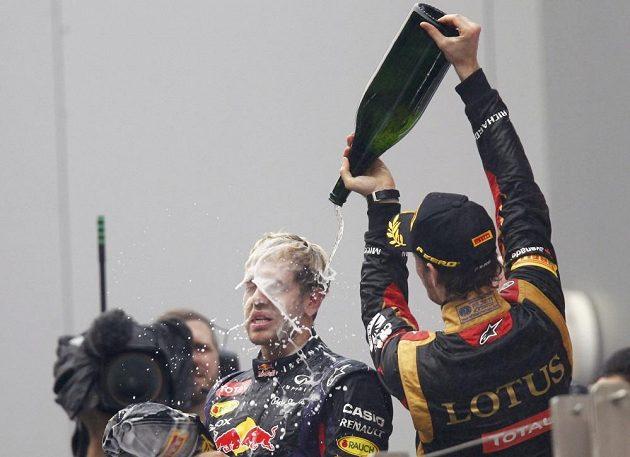 Politi šampaňským nesmělo chybět.