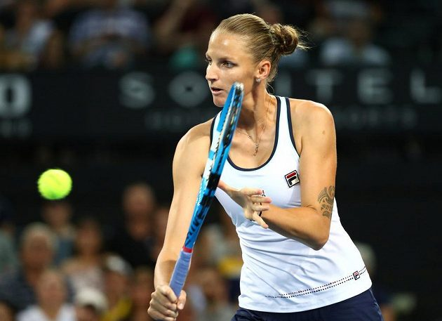 Karolína Plíšková v akci na turnaji v Brisbane.
