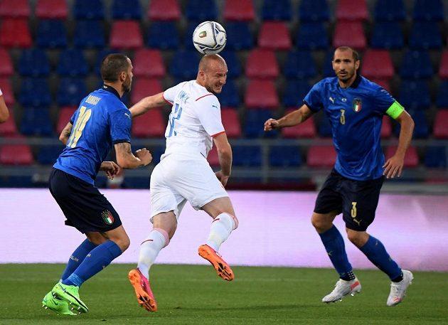 Michael Krmenčík bojuje s italskou stoperskou dvojicí Giorgio Chiellini (vpravo), Leonardo Bonucci.