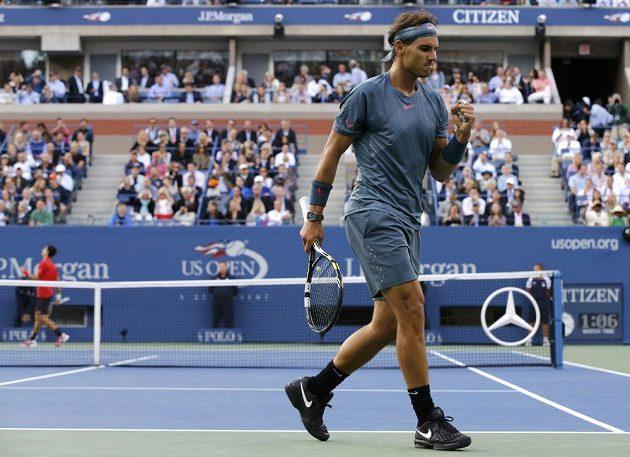 Španěl Rafael Nadal se raduje po jedné z vyhraných výměn během finále US Open proti Novaku Djokovičovi ze Srbska.