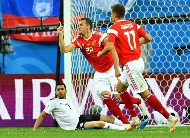 Ruští fotbalisté slaví gól v síti Egypta. Autorem branky byl Egypťan Fasí.