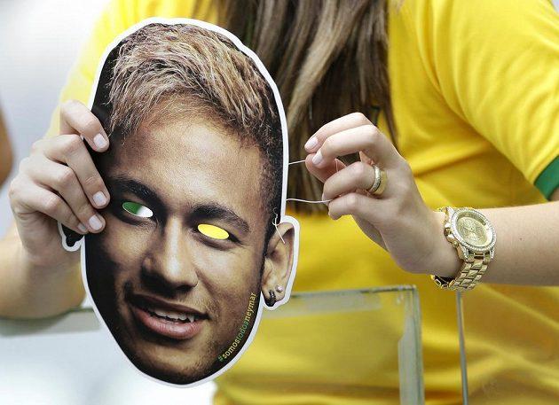 Brazilská fanynka s podobiznou Neymara, vzpomínka na zraněného fotbalistu.
