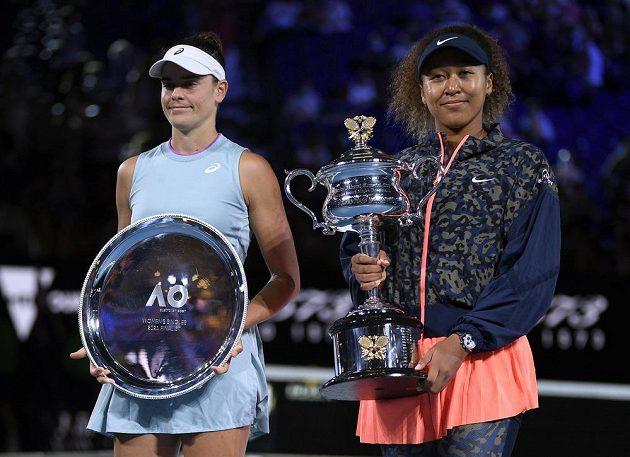 Finalistky letošního Australian Open po zápase - Jennifer Bradyová (vlevo) a Naomi Ósakaová