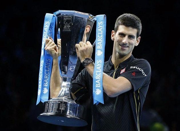 Světová tenisová jednička Novak Djokovič zvedá pohár pro vítěze Turnaje mistrů. Finále vyhrál bez boje, Roger Federer kvůli zranění nenastoupil.