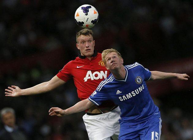 Obránce Manchesteru United Phil Jones (vpravo) v hlavičkovém souboji s Kevinem De Bruynem z Chelsea.