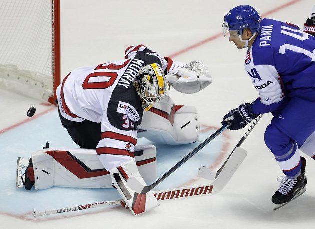 Kanadský brankář Matt Murray likviduje šanci slovenského útočníka Richarda Pánika.