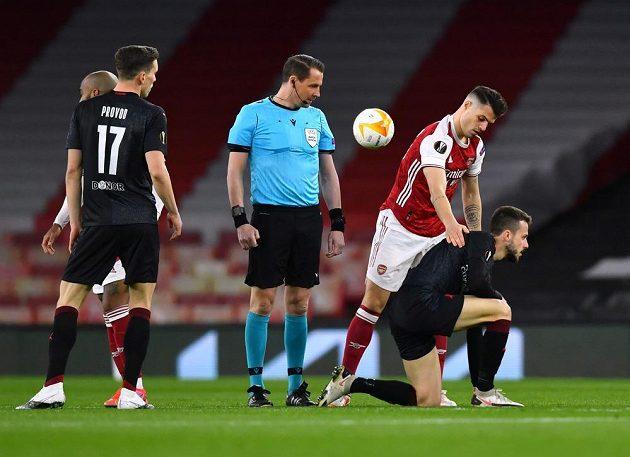 Jakub Hromada se sbírá z trávníku v zápase proti Arsenalu