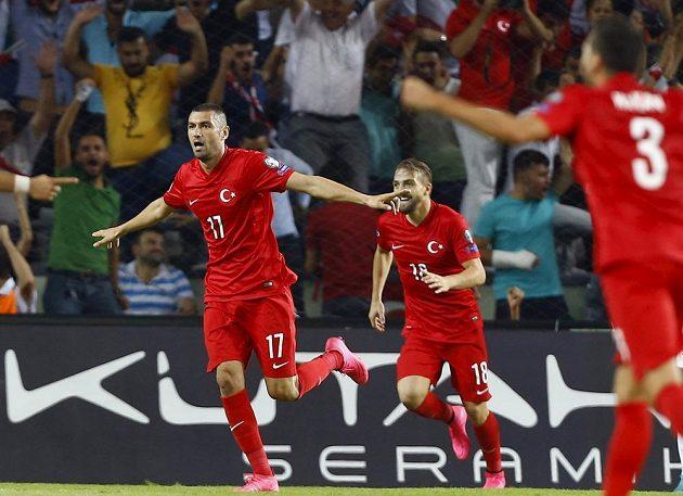Turecký útočník Burak Yilmaz (vlevo) slaví se spoluhráči gól proti Nizozemsku.