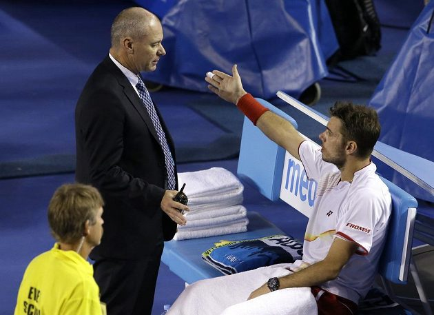 Stanislas Wawrinka se u rozhodčího dožaduje informace, kam odešel Rafael Nadal.
