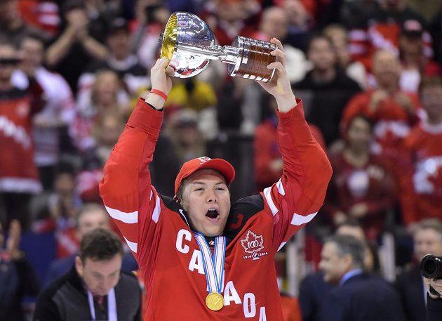 Kapitán kanadské hokejové reprezentace do 20 let Curtis Lazar drží trofej pro mistry světa.