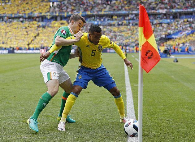 Ir Seamus Coleman (vlevo) a Švéd Martin Olsson bojují o balón.