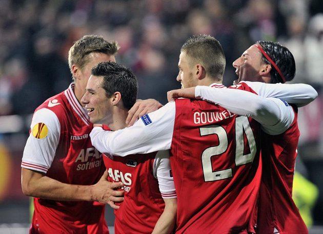 Kapitán Alkmaaru Nick Viergever (druhý zleva) slaví se spoluhráči gól v síti Liberce v odvetném utkání druhého kola Evropské ligy.