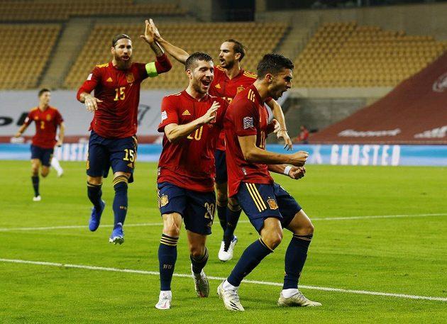 Fotbalisté Španělska se radují z branky