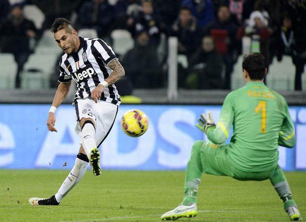 Roberto Pereyra prostřelil brankáře Hellasu Verona Rafaela de Andradeho a zvýšil náskok Staré dámy.
