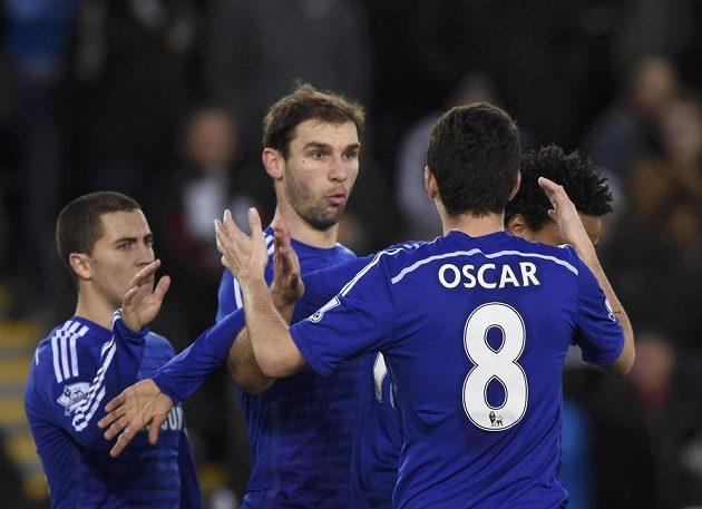 Fotbalisté Chelsea zprava Oscar, Branislav Ivanovič a Eden Hazard se radují z gólu na hřišti Swansea.