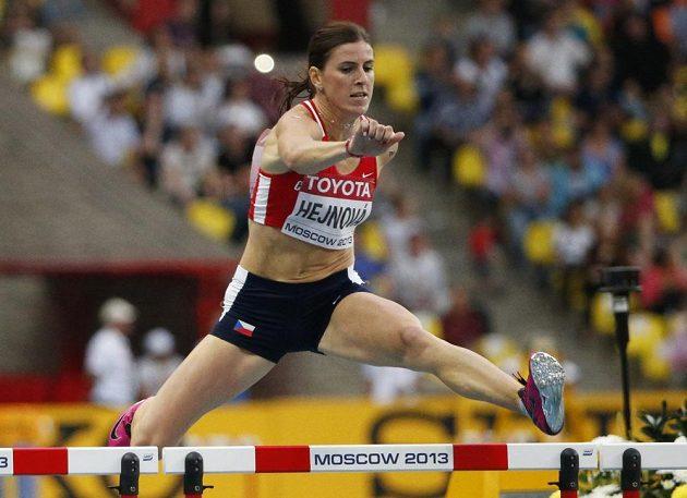 Zuzana Hejnová překonává překážky ve finále světového šampionátu v Moskvě.