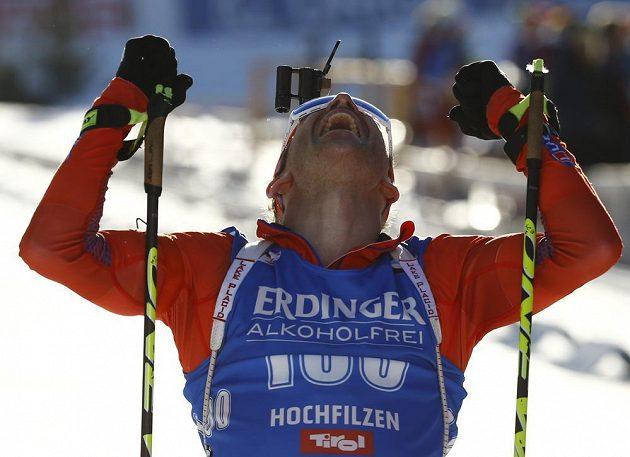 Američan Lowell Bailey se raduje z titulu mistra světa ve vytrvalostním závodu.