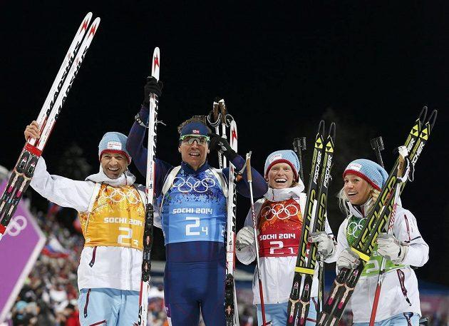 Norové se radují z olympijského zlata v závodu smíšených štafet. Zleva Ole Einar Björndalen, Emil Hegle Svendsen, Tora Bergerová a Tiril Eckhoffová.