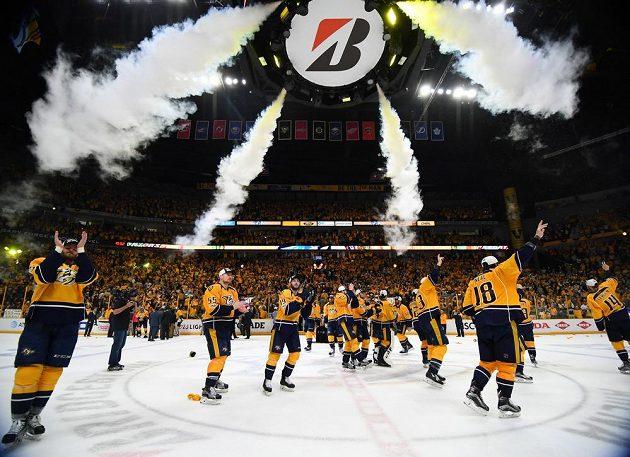 Hokejisté Nashvillu Predators oslavují premiérový postup do finále Stanley Cupu. Na domácím ledě vyhráli nad Anaheimem 6:3 a celou sérii ovládli v poměru 4:2 na zápasy.