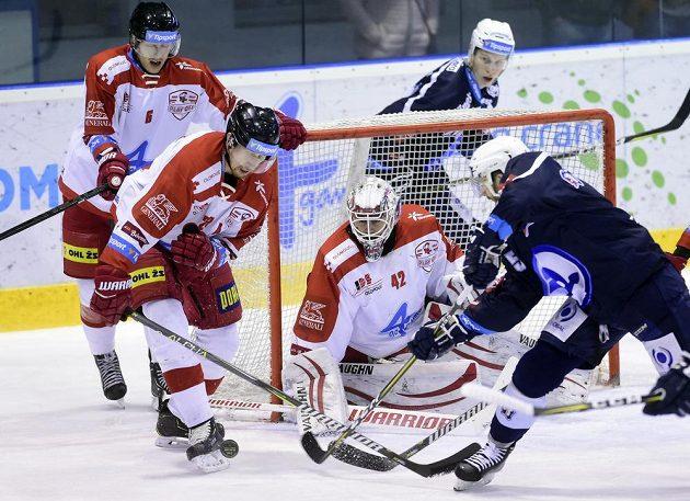 Zleva olomoučtí hráči Tomáš Dujsík, Jiří Ondrušek a brankář Branislav Konrád a hokejisté Plzně Jakub Pour (za brankou) a Nick Jones v šestém čtvrtfinále play off.