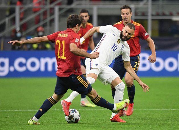 Španělský fotbalista Mikel Oyarzabal a francouszký hráč Karim Benzema v souboji o míč.