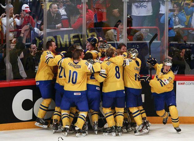 Švédští hokejisté se radují z triumfu na domácím mistrovství světa.
