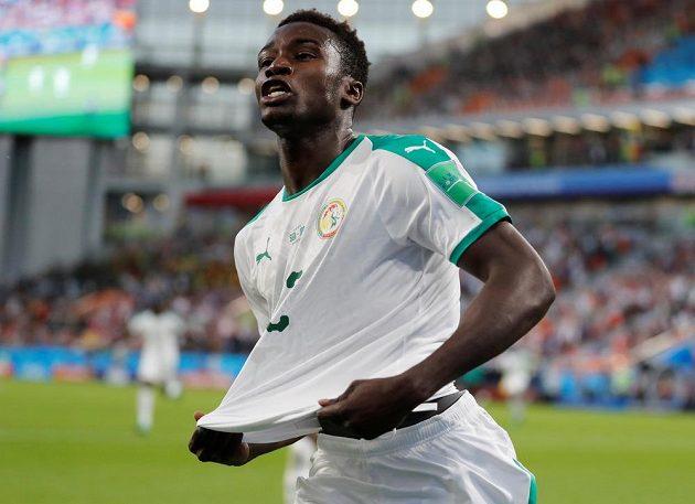 Senegalec Moussa Wague si užívá radost z gólu proti Japonsku.
