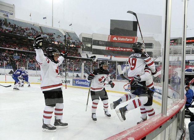 Hokejisté Kanady se radují z gólu proti USA v utkání pod širým nebem na MS do 20 let.