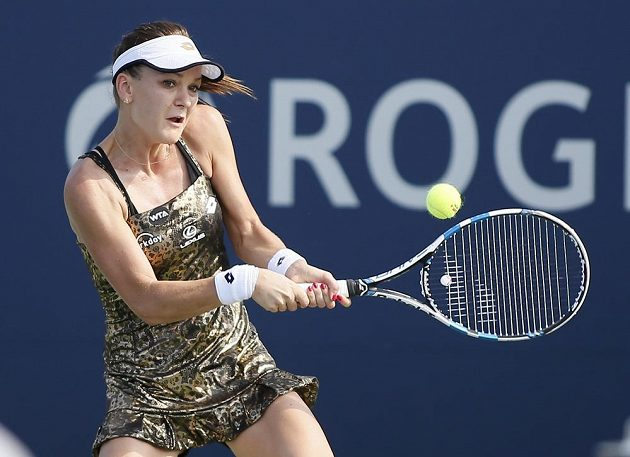 Agnieszka Radwaňská z Polska na turnaji v Torontu v utkání proti Francouzce Alizé Cornetové.