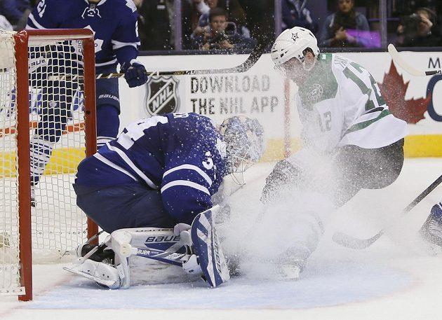 český útočník Dallasu Stars Radek Faksa (12) dotírá na brankáře Toronta Maple Leafs Jonathana Reimera (34).